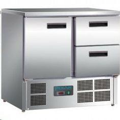 Mostrador frigorífico con una puerta y dos cajones. Mostrador frigorífico con superficie de trabajo en acero inoxidable. Admite hasta cinco cubetas GN 1/1 de 100 mm de profundidad, compresor en la zona inferior, para maximizar el espacio de almacenaje. Termostato automático y pantalla digital, descarche automático, sin CFC.