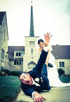 24 Creative Wedding Photo Ideas & Poses - Must-take wedding photos: 84 ideas for the big day Funny Wedding Photos, Wedding Pictures, Wedding Ideas, Wedding Blog, Funny Photos, Wedding Bride, Wedding Ceremony, Wedding Album, Crazy Wedding Photos