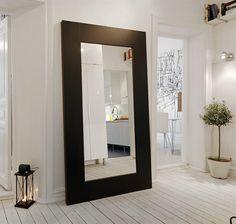 Eyecatcher van een grote zwarte spiegel, vergroot meteen je gang en je kunt andere ruimtes stiekem even binnenkijken.
