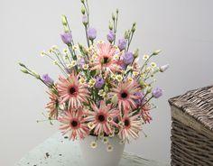 """Charming Beauty - Blumenabo von StarFlower  Charmant, einfach und schön strahlt unser Bouquet """"Charming Beauty"""". Mit den Germinis liegen Sie immer im Trend. Schön leuchten sie in der Vase und können mit vielen Blumen kombiniert werden. Ob bunt oder schlicht einfarbig, sie haben ein gewisses Etwas und geben uns ein leicht beschwingtes Lebensgefühl. Star Flower, Bunt, Vase, Flowers, Plants, Beauty, Simple, Pool Chairs, One Color"""