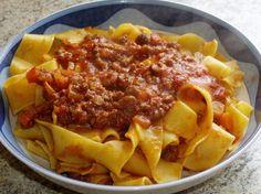 <p>Lespappardelle+au+sangliersont+un+plat+toscan+consistant+mais+délicieux.+Pour+le+préparer+on+coupe+finement+au+couteau+la+viande+de+sanglier+marinée,+puis+on+la+fait+dorer+avec+des+oignons,+des+carottes,+du+céleri+et+des+épices.+Ensuite+on+ajoute+du+vin+rouge+et+du+coulis+de+tomates,+et+on+…</p>