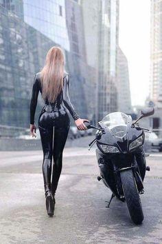 Always wear your leathers when riding a bike 😉 Lady Biker, Biker Girl, Motard Sexy, Motorbike Girl, Motorcycle Gear, Hot Bikes, Biker Chick, Super Bikes, Car Girls