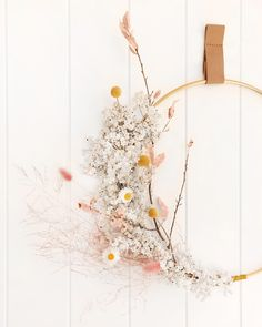 You will find dried flowers everywhere in Even on walls! - Blumen & Tischdekoration Ideen - Home Decor Dried Flower Wreaths, Dried Flowers, How To Dry Flowers, Floral Wreaths, Diy Fleur, Decoration Entree, Fleurs Diy, Dried Flower Arrangements, Bloom