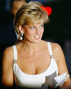 Diana, Princess of Wales. Princess Diana Hair, Princess Diana Pictures, Princess Of Wales, Diana Fashion, Royal Fashion, 90s Fashion, Couture Fashion, Runway Fashion, Fashion Outfits