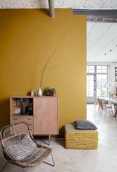Geef een kleurboost aan je interieur! Foto: www.colora.be (gele muur • rustiek • gietvloer)