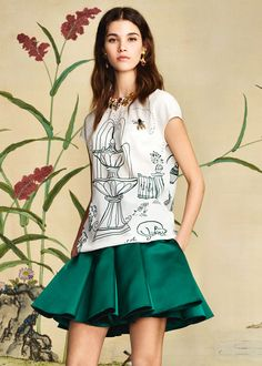 Discover the new Dolce & Gabbana Women's Botanical Garden Collection for Fall Winter 2016 2017 and get inspired. Estilo Aria Montgomery, Dolce And Gabbana 2016, Green Pants Outfit, Dress Outfits, Fashion Dresses, Girls Party Dress, Beautiful Blouses, Italian Fashion, Runway Models