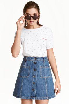 Falda de corte evasé: Minifalda de corte evasé con botones delante.