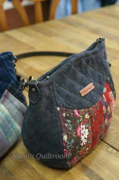 하도 핫해서... 궁금증을 갖게했던 마들렌가방.. 그래서 저도 만들어 봤어요... 패턴은 대충 사이즈 정하고... Jean Purses, Kids Clothes Patterns, Embroidery Bags, Crossbody Bag, Tote Bag, Patchwork Bags, Denim Bag, Fabric Bags, Girls Bags