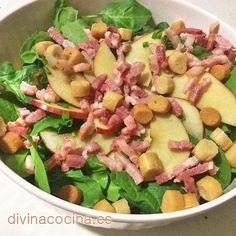 Para preparar esta receta de ensalada de espinacas debes tener en cuenta que las espinacas, en contacto con el aliño, pierden su verdor y se oscurecen. Debemos aderezar unos momentos antes de llevar el plato a la mesa.