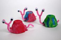 Egg cartons are one of those common materials that most people have in their kitchen already. There are so many way to use them in crafts and this easy snail craft is one of them! Turn those boring egg cartons into colorful and cute snails for your spring garden or classroom.