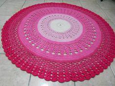 Tapete de barbante redondo confeccionado em crochê com barbante rosa degradê <br> <br> <br> <br>(8)