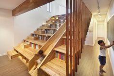 aménagement sous escalier avec rangements, sol en parquet massif et spots orientables
