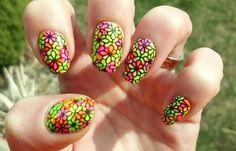 Diseños de uñas de neón, diseño de uñas neon acrilicas.   #diseñodeuñas #nailsdesign #uñasfinas
