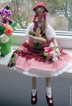 love the little shoes and her frog is fun.  Куклы Тильды ручной работы. Даша и Квакуша. Светлана Бедненко. Ярмарка Мастеров. Подарок девушке, ярмарка мастеров, краски акриловые