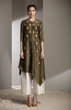 Fabric Material: Chanderi Bottom: Straight pant Material Composition: Silk Care: Dry Clean Only Kaftan Designs, Kurta Designs Women, Blouse Designs, Indian Dresses, Indian Outfits, Pakistani Dresses, Indian Designer Outfits, Designer Dresses, Muslim Fashion
