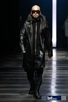 bntnews, Korea, The collection 'RESURRECTION' of designer Lee Ju-young was progressed in F/W 2012-2013 Seoul Fashion Week.    On this season, he showed Rock chic style mixing military look.    A special coat of long-khaki coat, black pattern attracted the attention and showed the unique fashion. Also like gray argyle pattern wool coat, witty style was outstanding. South Korea Fashion, Seoul Fashion, Fashion Designers, Fashion Brands, Unique Fashion, Mens Fashion, Khaki Coat, Military Looks, Rock Chic