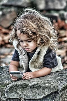 A un solo paso, por Donibane #portrait #girl #retrato #niña #phone #donibane
