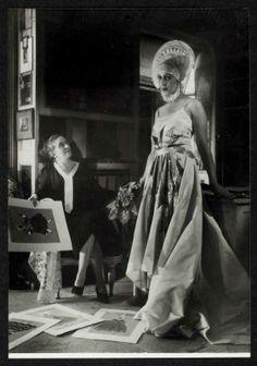 Essayes avec un mannequin dans le bureau de Jeanne Lanvin vers 1940 © DR Patrimoine Lanvin.