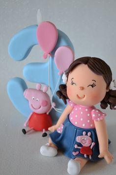 Super delicado - Topo de Bolo Infantil com vela modelados por Andressa Amaral.    Vela de Aprox. 13cm.  Boneco sentado com vela e personagem.    Verificar disponibilidade da data de entrega antes de comprar.
