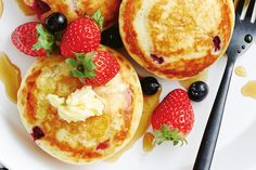 How To Make Breakfast, Breakfast Time, Breakfast Ideas, Food Plus, Pancakes Easy, Sausage Rolls, Fritters, Food Inspiration, Berries