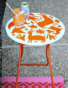 5 DIY Tables for Outdoor Use – The stencil used on this table is adorable, and MAKES IT SO MUCH PRETTIER!