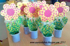 Fleur à picots dans pot de yogourt recouvert de papier imprimé
