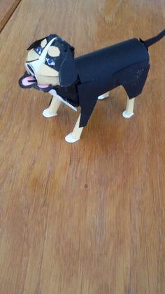 Een bernard sennen hond helemaal gemaakt van papier.