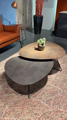 Video met leuke, trendy set moderne salontafels Twinny van Bree's New World. Video with a fun, trendy set of modern coffee tables Twinny from Bree's New World. Nice for the sofa or next to Coffee Table Design, Diy Coffee Table, Decorating Coffee Tables, Coffee Cake, Coffee Coffee, Living Room Coffee Tables, Nesting Coffee Table, Centre Table Living Room, Modern Living Room Table
