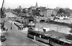 Eindpunt van de tram aan het Willemsplein. We zien de Leuvebrug, Leuvehaven en (rechts) de Boompjes. Tramlijn 14 reed in de dertiger jaren tussen Willemsplein en Hillegersberg.