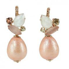 Die rosévergoldeten Ohrhänger mit Baumwollperle in Rosé vom angesagten Label Rio Berlin sind die perfekte Ergänzung zu deinem elegant Look.