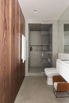 Conforto térmico e visual Lâminas de madeira foram aplicadas também em algumas paredes do banheiro, como forma de preservar o conforto térmico. O acabamento unificado no piso e nas paredes contribui para a sensação de espaço maior