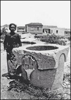 Αρχείο Gerola / Πηγάδι με οικόσημο, τοποθετημένο μέσα στο Εθνικό Αρχαιολογικό Μουσείο προερχόμενο από την οικία Χατζηδάκη κοντά στο Μεγάλο Τζαμί Heraklion Crete, Invisible Cities, City, Cities