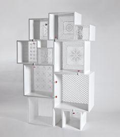 Assemblage Tricot, la estantería modular by Seletti Seletti, marca italiana nacida en Mantova, diseña la estantería Assemblage Tricot, una estantería modular que en linea con mmodulUS te permite multiples combinaciones para la creación de tus estanterías. Assemblage Tricor esta realizada con tableros de DMlacados en blanco y dispone de 10 modulos de diferentes dimensiones.