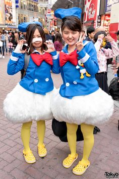 super cute Donald Duck ... Halloween 2015, Shibuya [Tokyo Fashion] || more… Duck Costumes, Disney Costumes, Cosplay Costumes, Halloween Eve, Disney Halloween, Halloween Costumes, Donald Duck Kostüm, Costumes Pictures, Matching Costumes