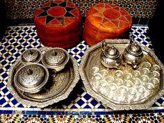 plateau et poufs pour thé menthe