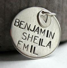 Anheng i sølv med din eigen tekst og ein liten medaljong med valfri motiv.