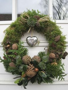 Moss wreath with pine cones, cedar, walnuts, acorns, cabbage flowers? Moss wreath with Christmas Door, Rustic Christmas, Christmas Holidays, Christmas Trees, Pinterest Christmas Crafts, Outdoor Christmas Decorations, Holiday Decor, Winter Decorations, Moss Wreath