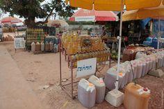 Иеще накаждом углу продают контрафактный вьетнамский бензин вдвухлитровых бутылках из-под колы. Удобно заправлять мопеды.