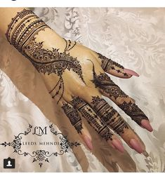 Weddings are incomplete without the Mehndi ceremony! For yours, we have curated a list of easy Arabic mehndi designs that will make you look spectacular! Simple Arabic Mehndi Designs, Unique Henna, Henna Art Designs, Mehndi Designs For Girls, Mehndi Designs For Fingers, Best Mehndi Designs, Beautiful Henna Designs, Mehndi Simple, Mehandi Designs
