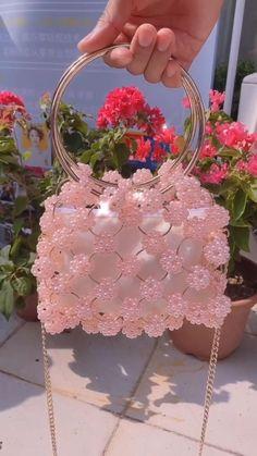 Diy Crafts Hacks, Diy Crafts For Gifts, Handmade Wire Jewelry, Handmade Purses, Handmade Handbags, Beaded Jewelry Designs, Brooches Handmade, Vintage Handbags, Handmade Accessories