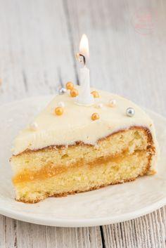 Geburtstagstorte mit weißer Schokolade: Ihr möchtet eine einfache leckere Geburtstagstorte backen, seid aber kein Backprofi und habt auch nicht stundenlang Zeit? Dann dürfte euch dieses Geburtstagstorten-Rezept gefallen. Denn der festliche Geburtstagskuchen mit weißer Schokolade ist anfängertauglich und sieht dabei trotzdem festlich aus.