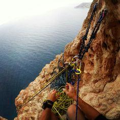 Entre el cielo y el mar está lo que nos ata a la tierra.  #Escalada #Climbing #rockclimbing
