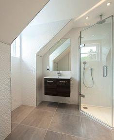 Corner shower cubicle, white wall tiles and small closet - Bathroom Ideas Corner Bathroom Vanity, Loft Bathroom, Family Bathroom, Diy Bathroom, Bathroom Modern, Bathroom Vanities, White Wall Tiles, Gray Tiles, White Walls