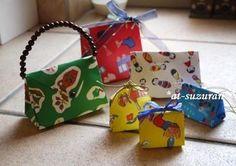 折り紙で作った小さなバッグ達!持ち手やリボンなどを組み合わせてクオリティアップ。貰ったら捨てられなくなりそう!
