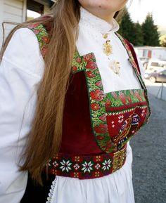 Bilderesultat for villblomsten/bunad Folk Costume, Costumes, Going Out Of Business, Bridal Crown, Mittens, Norway, Sari, Celebs, Embroidery