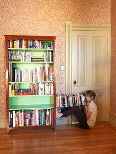 Finding Myself at Home. La artista Lee Materazzi investiga sobre el concepto de encontrarse en casa y descubre que los límites de una persona y los objetos de su hogar pueden llegar a confundirse. Ahí donde acaba un sillón podría empezar un brazo.