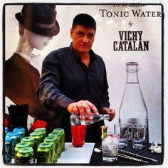 El barman Jordi Reig, elaborando cocktails con la Premium Tonic Water by Vichy Catalán en la Wedding Fashion Night-Exotic Glam (Palo Alto, Barcelona)