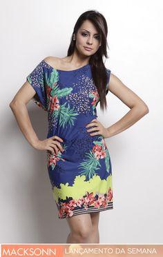 Esse vestido curto com estampa floral  surge é uma opção super feminina da Macksonn  PSYQ para o alto verão 2013. Nele, o destaque ficou por conta das flores de cores suaves estampadas sobre um fundo mais escuro, o que é uma forte tendência para as estampas dessa temporada.