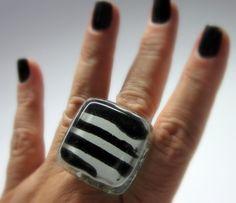 MAXI ANEL  vidro  incolor/branco/preto  Base metal n 20 - Ajustável   3 x 3cm    MAIS ANÉIS DE VIDRO EM:  http://www.elo7.com.br/glassbijoux/  .  . R$36,00