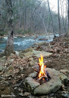 Great bushcraft skills that all wilderness lovers will certainly want to master now. This is most important for preppers survival and will definitely spare your life. Survival Life Hacks, Camping Survival, Camping And Hiking, Tent Camping, Outdoor Camping, Bushcraft Camping, Survival Mode, Bushcraft Backpack, Fire Crafts
